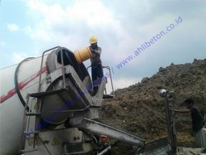 Penuangan waterproofing integral ke molen