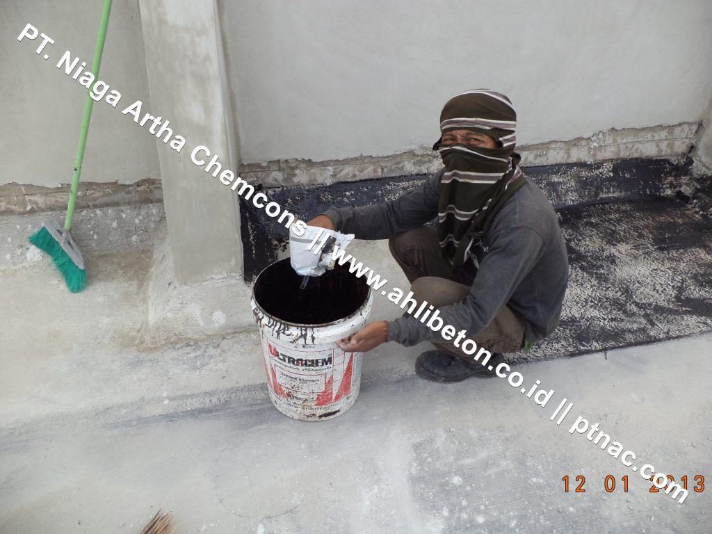 Persiapan Material Waterproofing Membrane Bakar Pada Atap